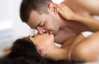 セックスでディープキスする男女